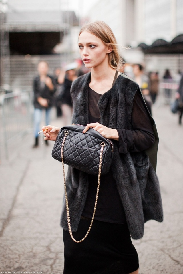 models-off-duty-style-black-bag